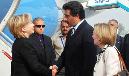 Hillary Clinton Recieved By Pakistani Foriegn Office Personel